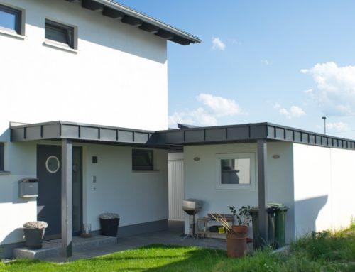 moderne Garagenüberdachung / Vordach